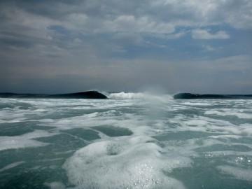 En una zona de la isla fuertes olas rompen a lo lejos en el arrecife