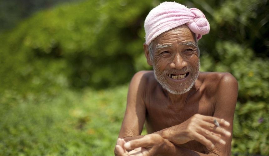 Anciano desnudo en la isla