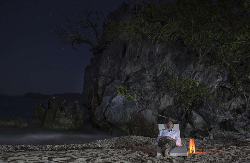 Después de la celebración, Jared disfrutando de unos minutos de paz a la luz de las estrellas