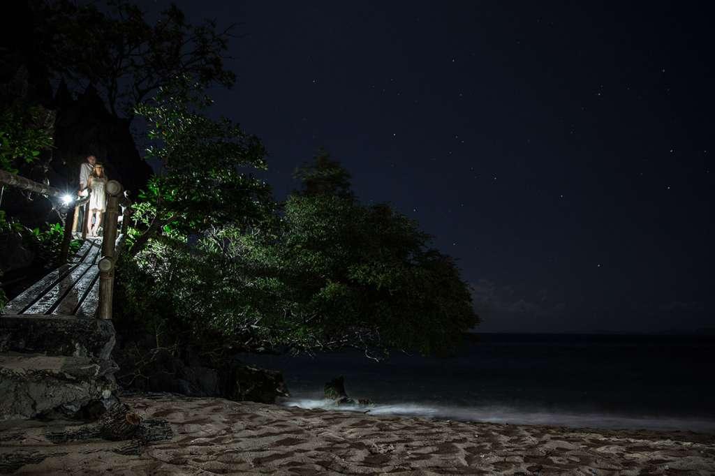 Polly y Jared volviendo a su playa privada después de despedir a sus padres de la parte pública de la isla