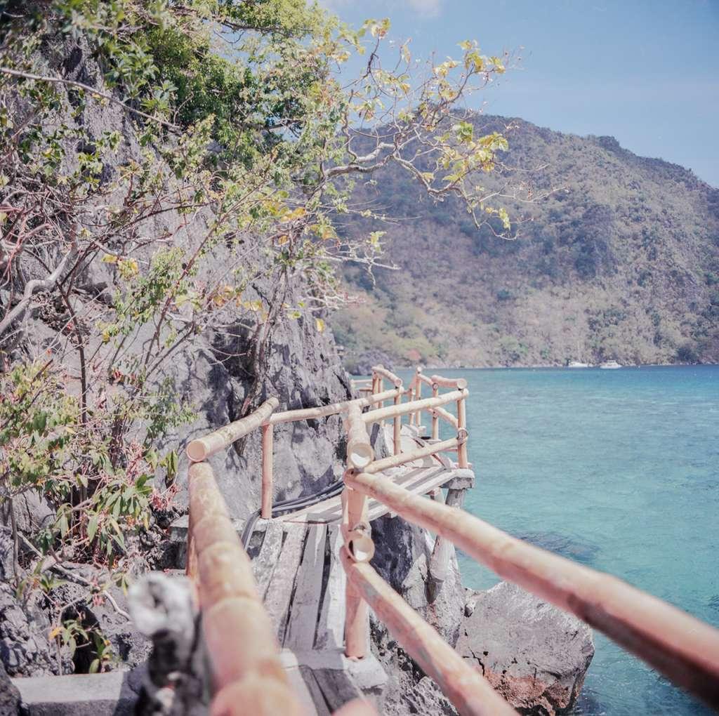 La pasarela sobre el mar que te lleva a la parte pública de la isla