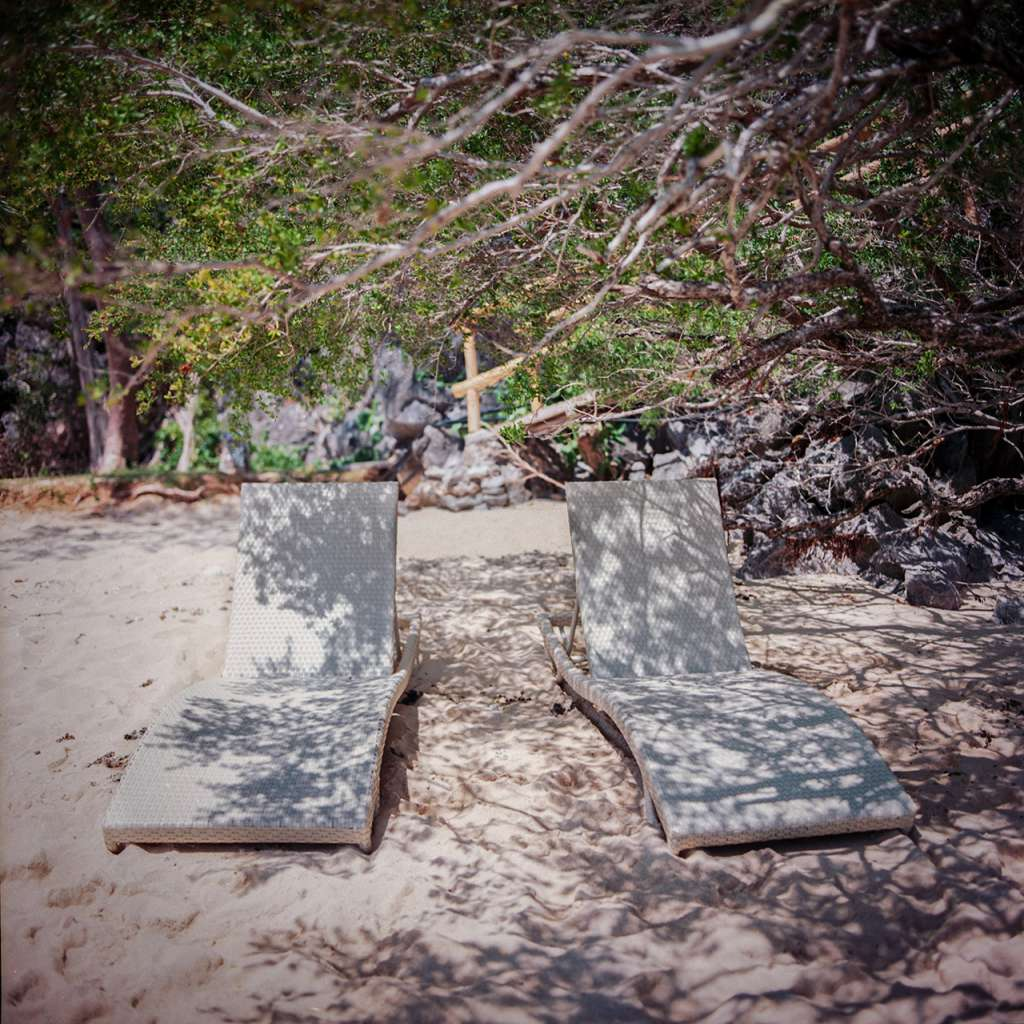 Dos tumbonas en la playa del Hidden Beach Villa