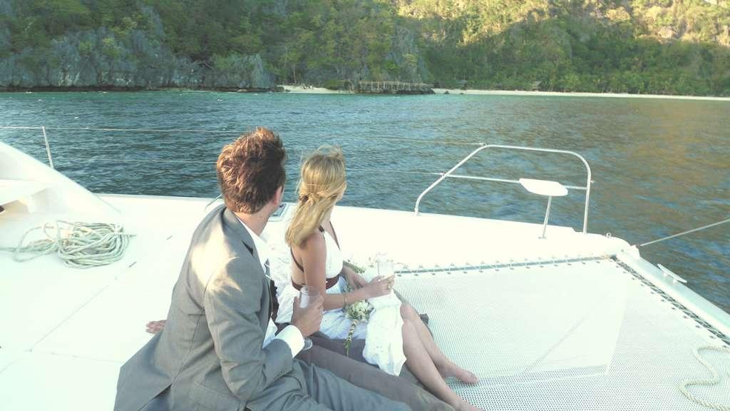 A lo lejos se puede divisar la playa privada del Hidden Beach Villa con la familia esperando a que dé comienzo la ceremonia