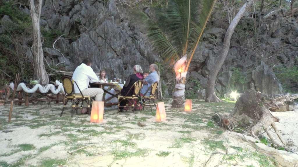 Una preciosa cena en la misma playa desierta les fue preparada
