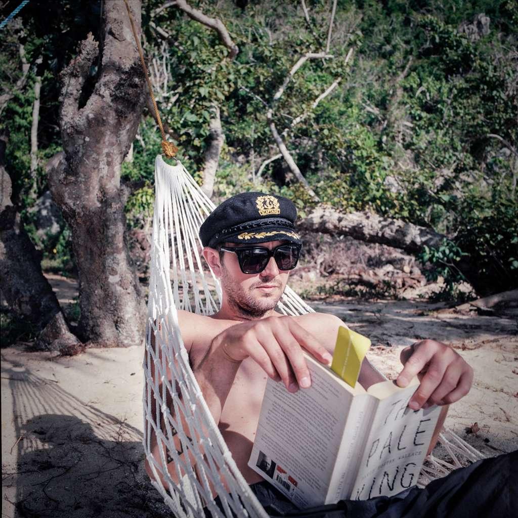 Jared disfrutando de la lectura