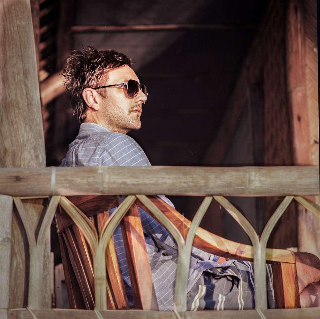 Jared en la terraza de la cabaña