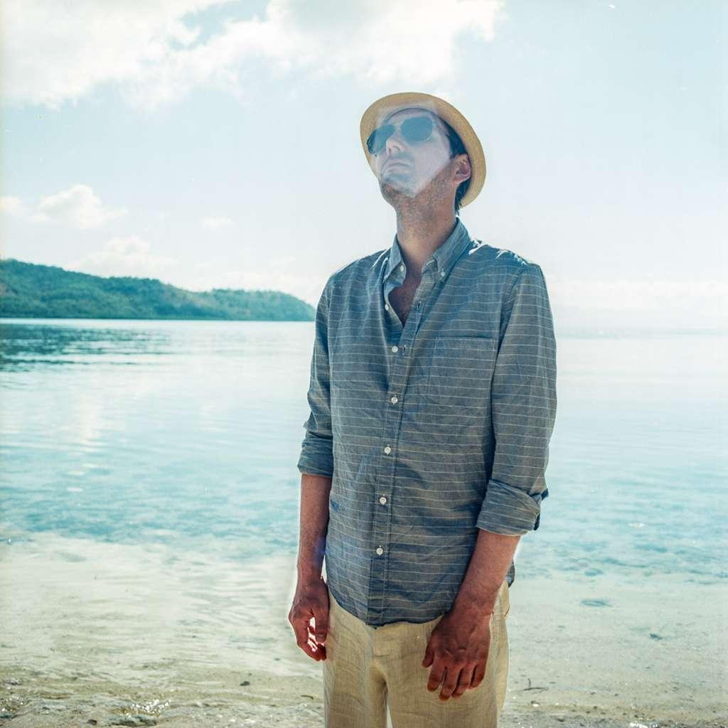 Jared posando en la isla privada de Marooning