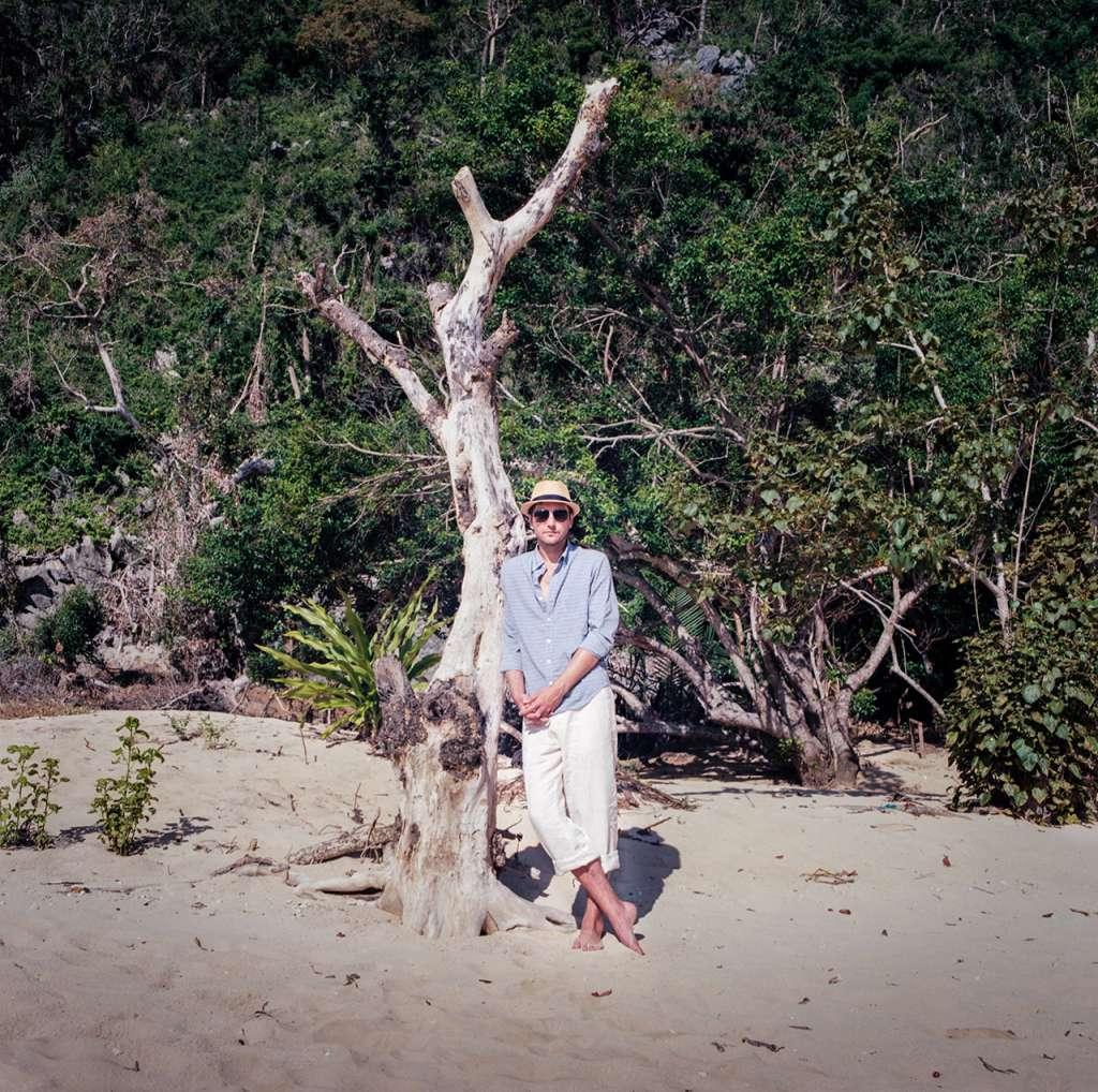 Viaje de novios en una playa desierta