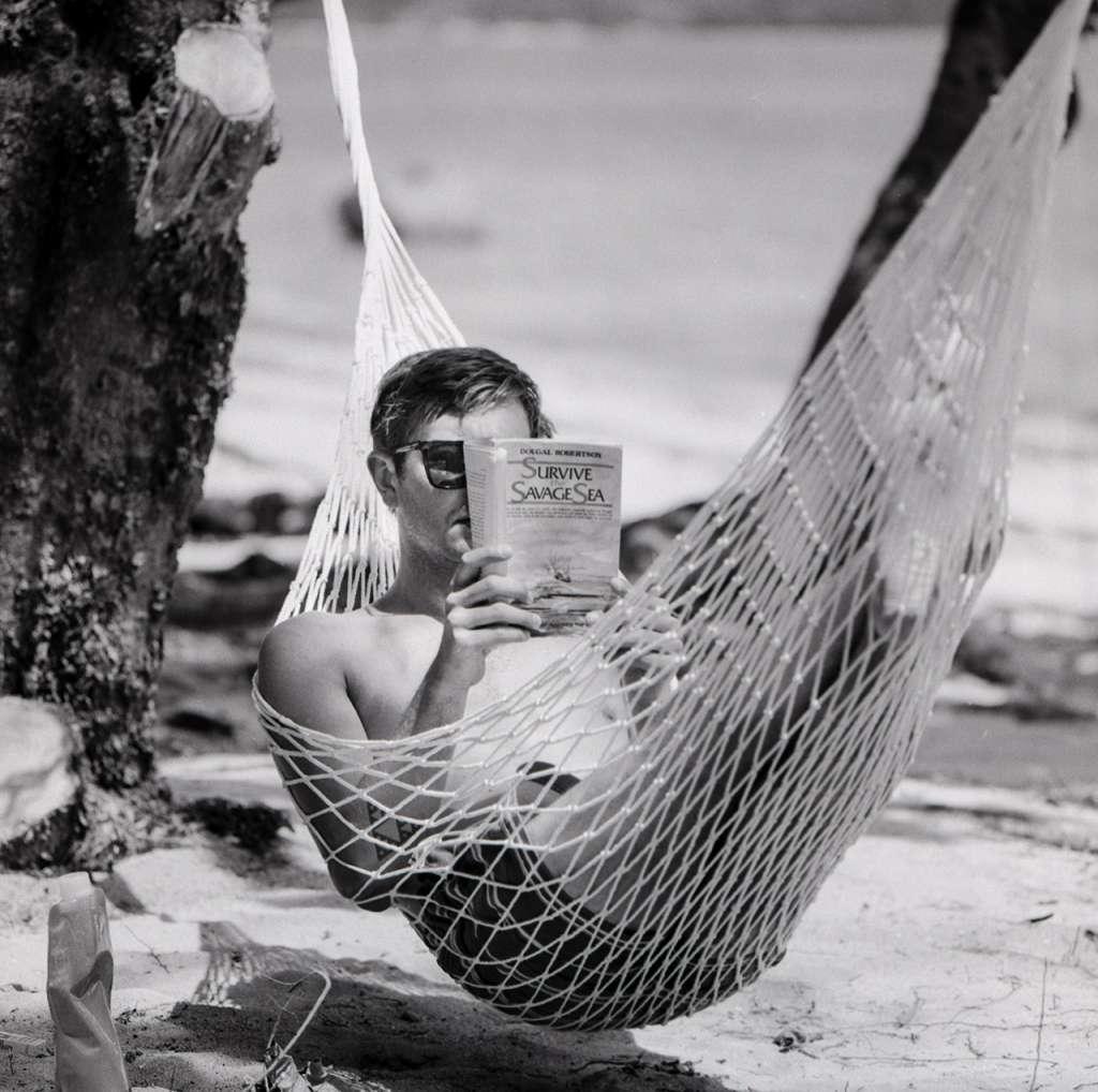 Jared leyendo la interesante naufragio de Dougal Robertson en el Pacífico