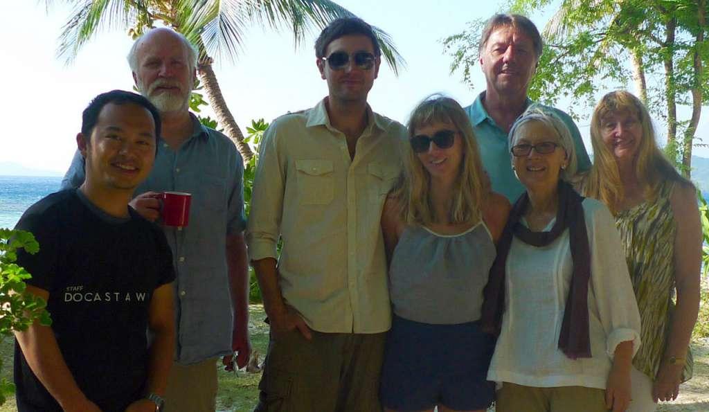 Nuestro director de operaciones posando con la familia. Despedida de Polly y Jared que empezaba su viaje hacia la isla desierta de Marooning para comenzar su luna de miel