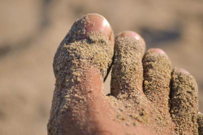 Arena pegada al pie cuerpo