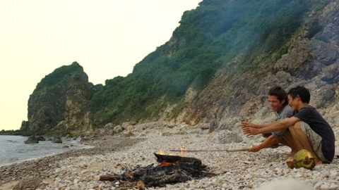 Alvaro Cerezo from Docastaway and Ho Van Lang preparing the dinner on a bonfire on the island beach
